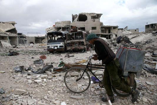 Dans la ville de Douma, dans la Ghouta orientale, près de Damas, le 30 mars.
