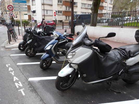 Scooters stationnés à Charenton-le-Pont (Val-de-Marne) sur les nouveaux emplacements de stationnement payant, en mars.