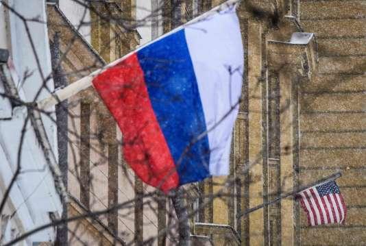 Les drapeaux russe et américain près de l'ambassade des Etats Unis à Moscou, le 27mars.