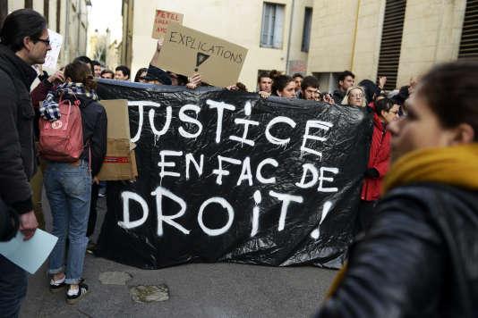"""Manifestation du collectif d'étudiant """"Paul-Va, Lève toi"""" devant la faculté de droit de Montpellier (Herault), le 26 mars."""