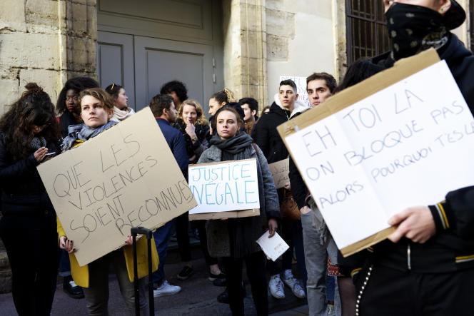 Manifestation du collectif d'étudiant «Paul-Va, Lève toi» devant la faculté de droit de Montpellier, le 26 mars, pour demander que justice soit faite après l'évacuation violente d'étudiants par des hommes cagoulés.