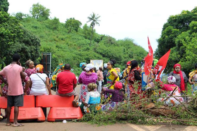 Des grévistes bloquent une route, le 9 mars, près de Koungou, dans le nord de l'île.