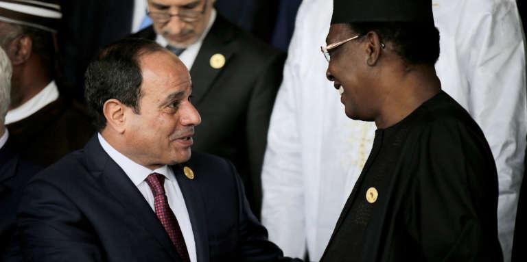Les présidents égyptien, Abdel Fattah Al-Sissi, et tchadien, Idriss Déby Itno, au sommet de l'Union africaine, à Addis-Abeba, le 28janvier 2018.