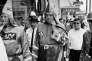 Le « Grand Dragon des chevaliers du Klu Klux Klan», accompagné de deux membres de son organisation, dans les rues de Dunn (Caroline du Nord), le 15 mai 1965.