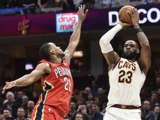 LeBron James (23) des Cleveland Cavaliers face à Darius Miller (21) des New Orleans Pelicans, lors de la rencontre entre les deux équipes, le 30 mars.