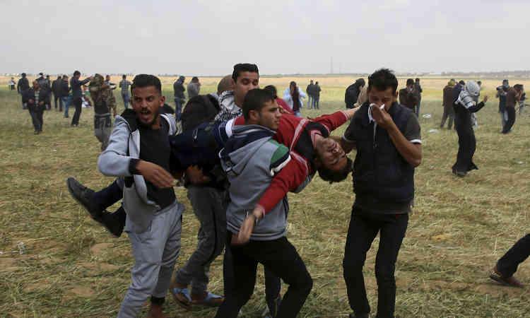 Un manifestant blessé est évacué après des affrontements avec l'armée israélienne, vendredi 30 mars. Ce fut la journée la plus meurtrière depuis 2014, date de la dernière guerre entre Israël et le Hamas, qui observent depuis un cessez-le-feu tendu.