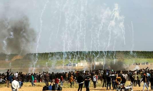 Les Palestiniens rassembléspour la« grande marche du retour » sous les gaz lacrymogènes tirés, depuis des drones, par les forces israéliennes, le 30 mars.