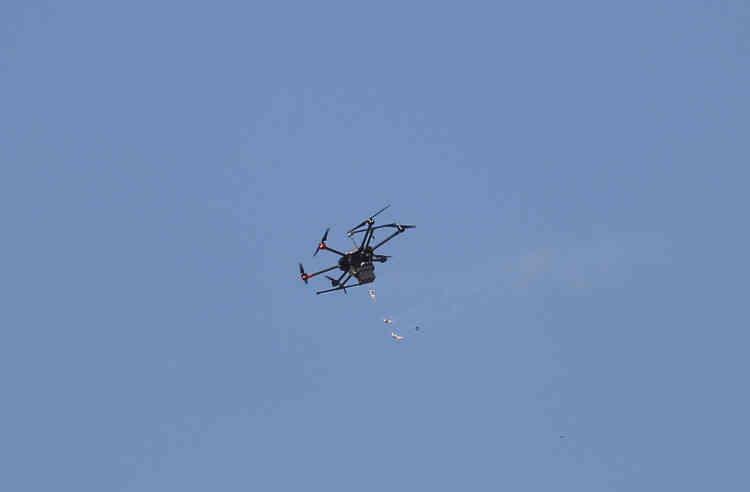 L'armée israélienne a utilisé des drones pour lancer des bombes lacrymogènes sur les Palestiniens rassemblés le long de la frontière.