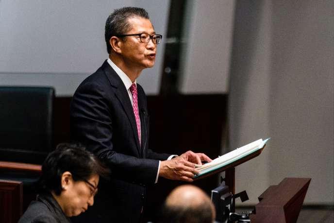 Le ministre hongkongais des finances, Paul Chan, lors de la présentation du budget 2018 devant le Conseil législatif, le 28 février.