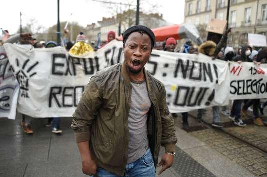 Un millier de personnes, dont des occupants de la ZAD et des migrants, ont manifesté, le 31 mars, à Nantes, contre « toutes les expulsions ».