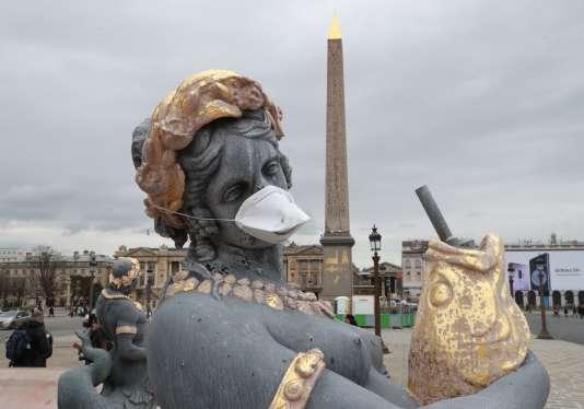 Place de la Concorde, des associations de défense de l'environnement ont posé des masques sur les statues, samedi 31 mars, à Paris.