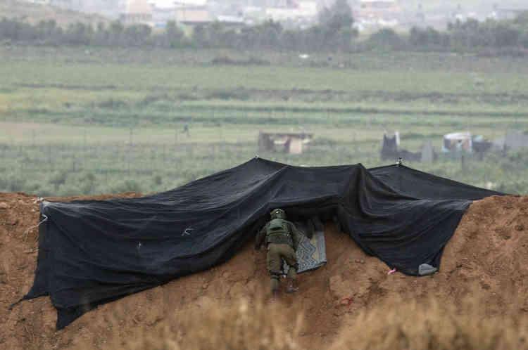 Un soldat israélien se positionne à la frontière, samedi 31 mars, pour surveiller la marche.