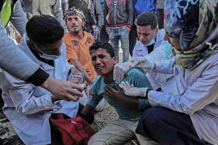 Des soins dispensés par le personnel hospitalier, samedi 31 mars. Les Palestiniens accusent Israël d'usage disproportionné de la force.