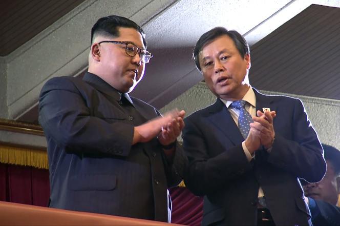 Le dirigeant nord-coréen, Kim Jong-un, et le ministre de la culture sud-coréen, dimanche 1er avril, lors d'un concert d'artistes à Pyongyang.