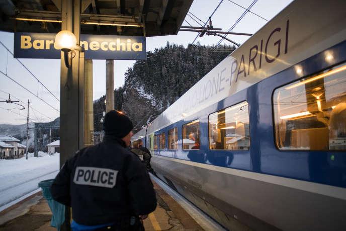 Des policiers français en gare de Bardonecchia (Bardonnèche en français), une commune italienne du Piémont, le 12 janvier.