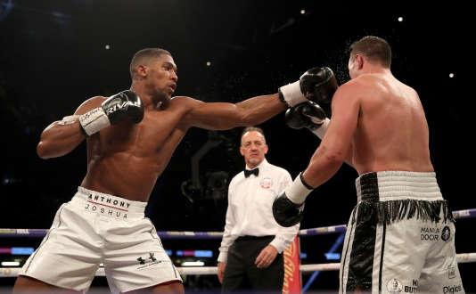 Grâce son avantage d'allonge, Anthony Joshua a battu aux points Joseph Parker.