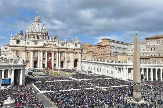 Le pape François a commencé dimanche 1er avril à célébrer la traditionnelle messe de Pâques sur le parvis de la basilique Saint-Pierre de Rome.
