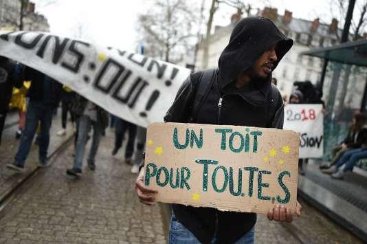 Un millier de personnes, dont des occupants de la ZAD et des migrants, ont manifesté, le 31 mars, à Nantes, contre«toutes les expulsions».