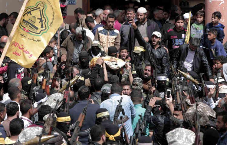 A la mosquée Beit Hanoun de Gaza, des membres masqués du Fatah portent la dépouille d'Hamdan Abu Amsha, tué samedi 31 mars le long de la frontière.