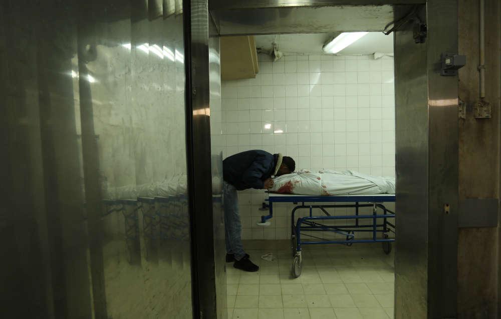 Un proche rend un ultime hommage à la dépouille du fermier palestinien Omar Samour, tué la veille, à l'hôpital de Khan Younès, à Gaza, vendredi 30 mars.