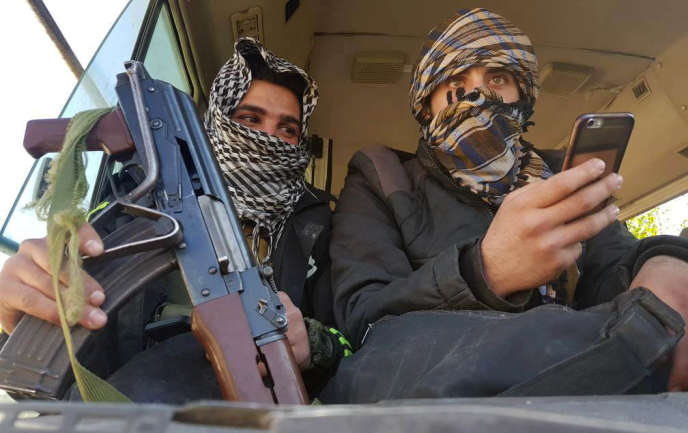 Des combattants de la rébellion attendent dans un bus leur évacuation de Douma, ville de la Ghouta orientale, le 1er avril.