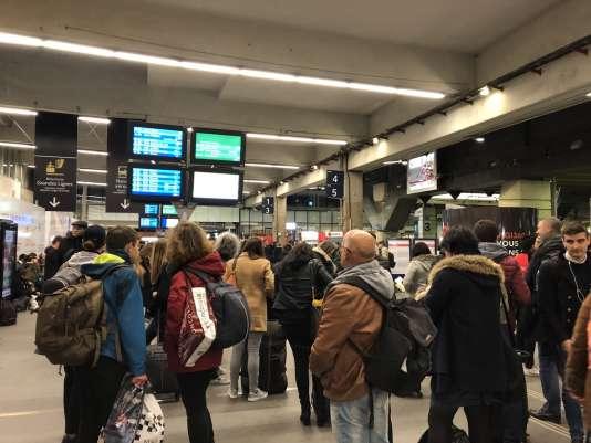 Les voyageurs attendent dans la gare Montparnasse, à Paris, le 2 avril au soir au premier jour de la grève des cheminots.