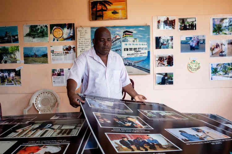 Au siège du Chagos Refugees Group, Olivier Bancoult montre les panneaux surla déportation, les militaires, les tombes écrasées, les pèlerinages chaque année... Sur les murs s'étale la lutte des 40 dernières années, les rencontres, les soutiens, les victoires.