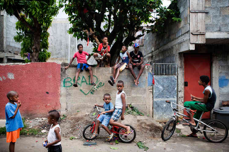 Les oubliés du miracle mauricien se retrouvent dans le quartier de Batterie-Cassée. Les inégalités montent dans l'île, l'insécurité aussi. Les quartiers aisés deviennent des forteresses, les quartiers pauvres des poudrières.