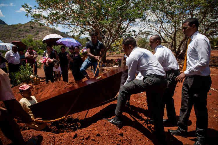L'assistance n'est pas très nombreuse pour l'enterrement d'Emilie Louise Codor, la doyenne des Chagossiens. Un simple trou creusé dans le sol, pas de stèle, pas de croix, pas de nom. Emilienne reposera ici, loin de sa terre natale.