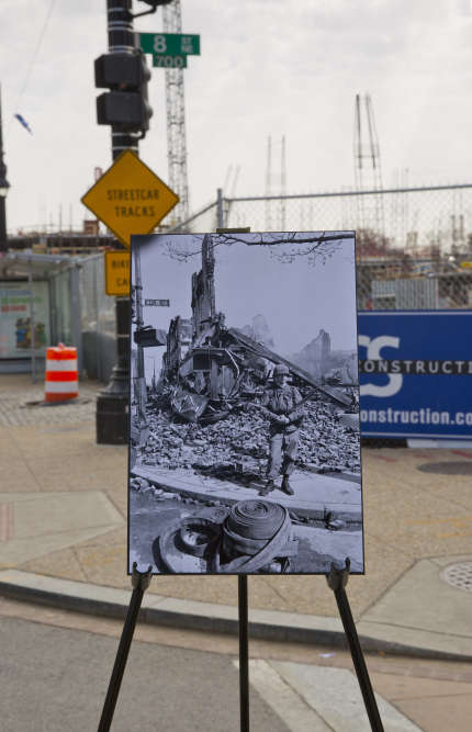 Devant les ruines d'unebijouterie au coin de la 8e rue et de la rue H, dans le nord-est de Washington, le 4 avril 1968.
