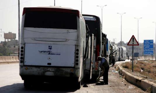 Des autocars attendent de pouvoir entrer dans la ville de Douma, dans la Ghouta orientale, pour évacuer les rebelles et leur familles, le 1er avril.