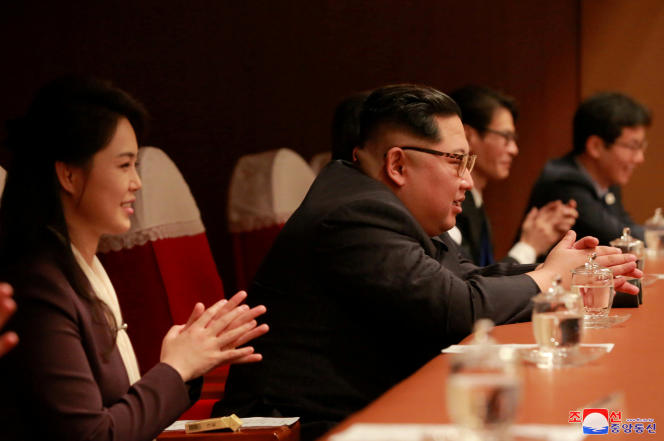 Le dirigeant nord-coréen Kim Jong-un et son épouse Ri Sol-ju lors d'un concerte de K-pop à Pyongyang, le 2 avril.