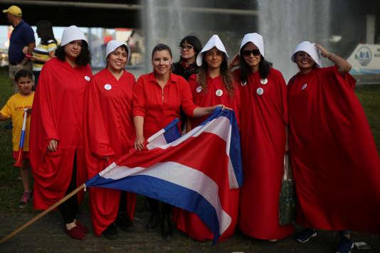 Des militantes vêtues de rouge et blanc, comme dans la série télévisée La servante écarlate, soutiennent Carlos Alvarado, à San José, le 1er avril.