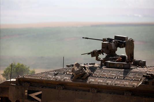 Un véhicule de l'armée israélienne se positionne près de la frontière entre la bande de Gaza et Israël.