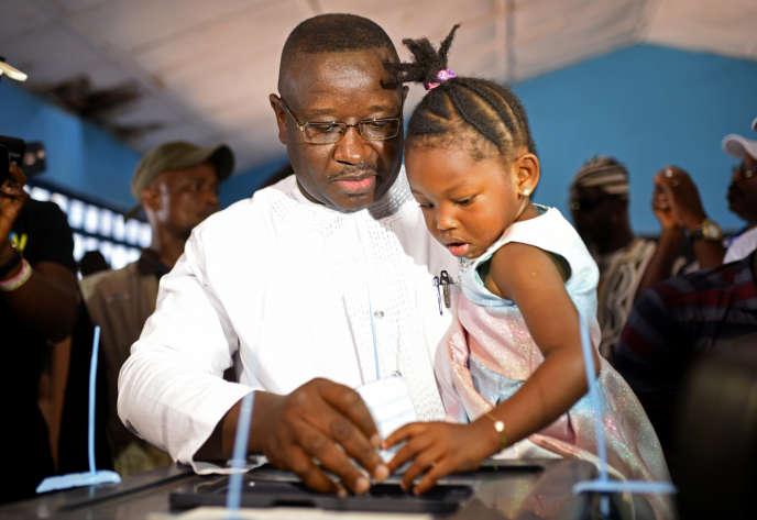 Julius Maada Bio, ici lors du second tour de la présidentielle en Sierra Leone, le31mars, a été élu à la tête du pays.