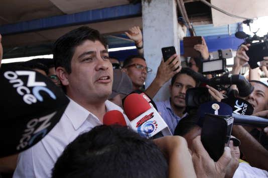 Carlos Alvarado répond à la presse, après avoir voté, à San José, au Costa Rica, le 1er avril.