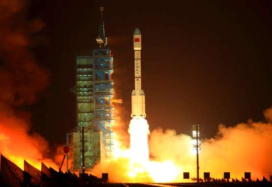 En 1957, après que le vol de Spoutnik, Mao Tsé-toung, lance alors un appel à ses citoyens : « nous aussi nous fabriquerons des satellites ! ».