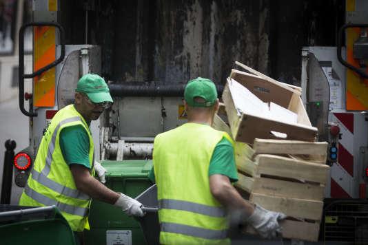 Ripeurs au travail dans le centre de Paris, en 2016.