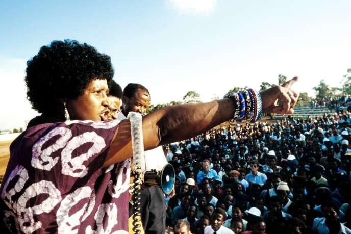 Winnie Madikizela-Mandela, le 13avril 1986, s'adressant aux habitants du bidonville de Kagiso, en Afrique du Sud.