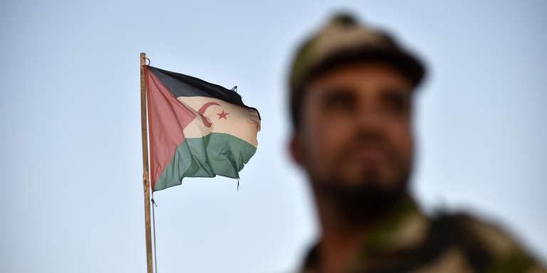 Un soldat du Front Polisario devant les couleurs du drapeau de la République arabe sahraouie démocratique, en octobre 2017.