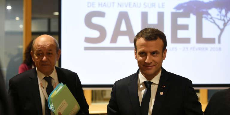 Le président français, Emmanuel Macron (droite), et le ministre des affaires étrangères, Jean-Yves Le Drian, lors de la Conférence internationale de haut niveau sur le Sahel, à Bruxelles, le 23février 2018.
