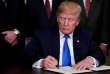 Le président américain Donald Trump signe un mémorandum sur des droits de douane visant des produits high-tech chinois, le 22 mars à la Maison Blanche à Washington.