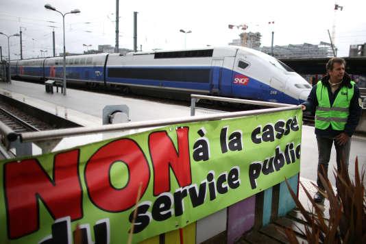 Un gréviste de la SNCF à la gare de Nantes, mardi 3 avril.