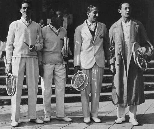 Photo de 1930 avec (de gauche à droite)Jacques Brugnon, Henri Cochet, René Lacoste et Jean Borotra. Surnommés «les quatre mousquetaires», ils ont remporté la Coupe Davis à six reprises entre 1927 et 1932.