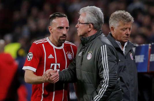 Le Français du Bayern Munich Franck Ribéry sert la main de son coach, Jupp Heynckes, au stade Ramon Sanchez Pizjuan, à Seville, le 3 avril.