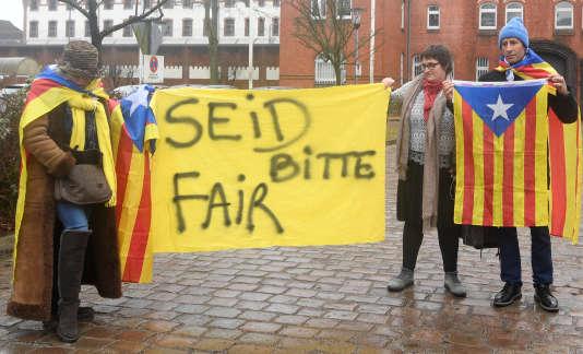Des partisans de l'indépendance catalane devant la prisonde Neumünster où est détenu Carles Puigdemont, le 3 avril.