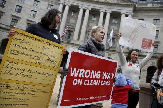 Manifestation contre la volonté du gouvernement de baisser les normes antipollutions, devant l'Agence de protection de l'environnement, à Washington, le 3avril.