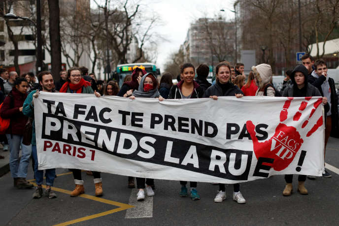 Des étudiants participent à la manifestaiton des cheminots à Paris, mardi 3 avril.