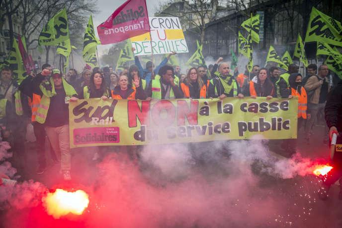 Manifestation de l'intersyndicale au premier jour de grève nationale des cheminots contre le projet de réforme de la SNCF. Entre gare de l'Est et gare Saint-Lazare à Paris, mardi 3 avril 2018.
