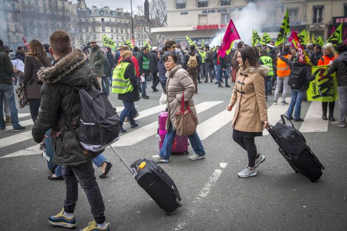 Manifestation de l'intersyndicale au premier jour de grève nationale des cheminots contre le projet de réforme de la SNCF, gare de l'Est à Paris, mardi 3 avril.